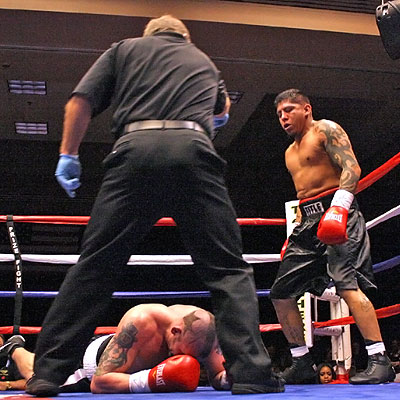 Ward stops Houston. Photo By Wesley Ortiz, Memphisboxing.com